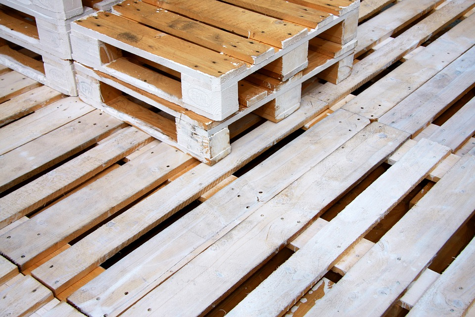 Tatar  la madera del palet para su uso en casa