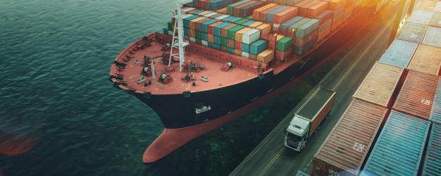 ¿Por qué es una ventaja usar palets de madera en el embalaje marítimo?